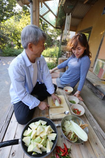 식사를 준비하는 박남준 시인과 공지영 작가(오른쪽)가 얘기를 나누고 있다. 하동/신소영 기자 viator@hani.co.kr