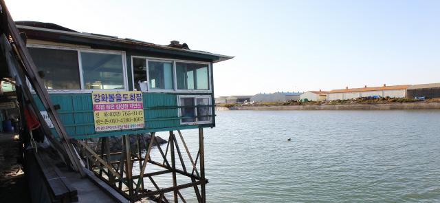 조수간만의 차를 풍경으로 즐길 수 있는 북성포구 횟집들. 사진 박미향 기자