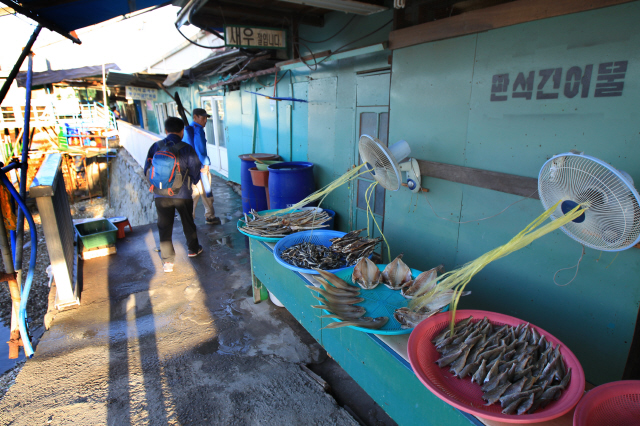 북성포구 끝자락에는 건어물 상점들도 있다. 사진 박미향 기자