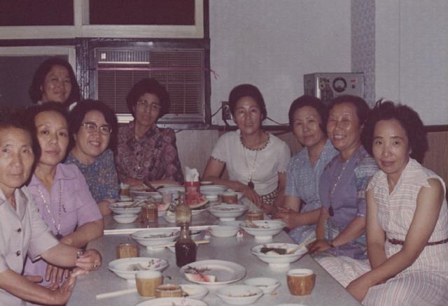 1976년 이른바 '3·1 명동성당 민주구국선언 사건'으로 11명이 구속되고 7명이 불구속되자 그 부인들은 '양심범가족협의회'를 결성해 옥바라지와 석방운동에 나섰다. 사진은 76년 5월4일 첫 공판이 비공개로 열리는 바람에 참관도 하지 못한 가족들이 불구속 기소자로 법정에 섰던 이우정 교수한테서 설명을 들으려 기독교회관 식당에 모였을 때 모습이다. 왼쪽부터 고귀손(윤반웅 〃), 박순리(서남동 부인), 이우정, 이희호(김대중 부인), 박영숙(안병무 〃), 공덕귀(윤보선 〃), 박용길(문익환 〃), 김석중(이문영 〃). 뒷줄 맨 왼쪽 이종옥(이해동 〃)씨가 소장해온 사진이다.