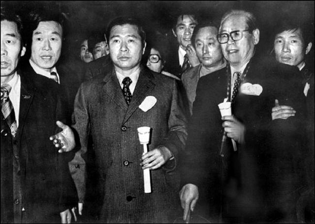 지금까지 1976년 '3·1 민주구국선언' 뒤 촛불시위 장면으로 알려졌던 이 사진은 75년 2월6일 명동성당에서 열린 '인권회복 기도회' 때로 확인됐다. 김대중(가운데)·이희호(뒤쪽)와 늘 함께했던 정일형(오른쪽)은 3·1 사건으로 불구속돼 국회의원직을 빼앗겨야 했다. '한겨레' 자료사진