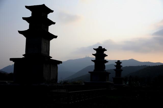 성주사 터의 삼층석탑들. 사진 이병학 선임기자