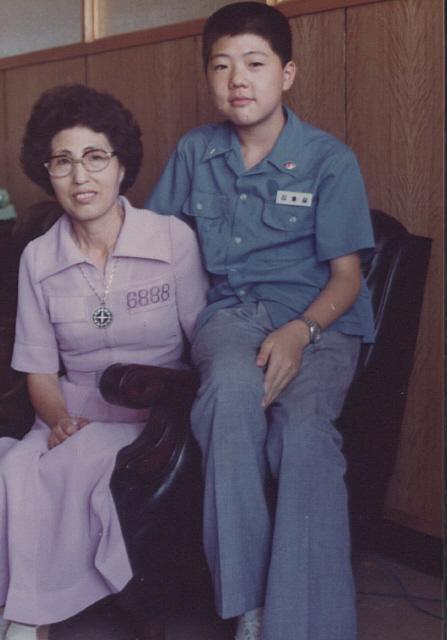 1976년 '3·1 명동성당 사건'으로 시작된 김대중의 옥살이는 혹독한 시련이었으나 이희호는 꿋꿋이 석방운동과 옥바라지를 해냈다. 사진은 1976~77년 양심범가족협의회 회원들과 모여 농성하던 서울 종로5가 기독교회관에서 남편의 '수인번호 6888'을 가슴에 새긴 보라색 원피스를 입은 이희호(왼쪽)와 중학생인 막내아들 홍걸(오른쪽)이 함께한 모습. 사진 김대중평화센터 제공