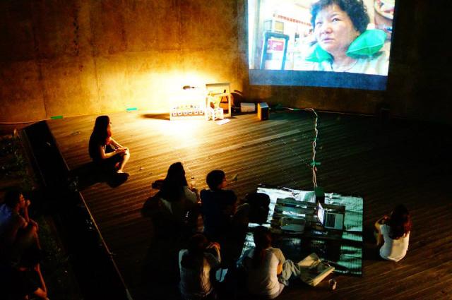 모두를 위한 극장 공정영화협동조합(모극장)이 열었던 '랩탑영화제' 모습. 모극장은 영화를 보기 어려운 시민들과 공동체를 찾아가 상영하는 대안적 영화 유통 및 배급 사업을 펼치고 있다.  모극장 제공