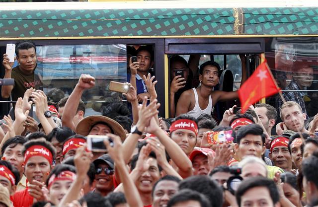 8일 치러진 미얀마 총선에서 민주화운동의 상징 아웅산 수치가 이끄는 민족민주동맹(NLD)이 압승할 것이라는 소식이 전해진 9일 지지자들이 양곤의 민족민주동맹 당사 앞에 설치된 개표 상황 전광판을 보며 환호하고 있다. 양곤/로이터 연합뉴스