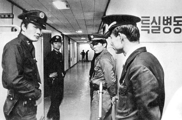 김대중이 갇혀 있던 서울대병원 특실병동 입구를 교도관과 정보부원들이 24시간 감시하며 출입을 통제하고 있다.  사진 김대중평화센터 제공
