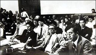 """1977년 6월22일 미국 망명 중인 김형욱 전 중앙정보부장은 미 하원 국제관계위원회 '프레이저 청문회'에 출석해 """"73년의 '김대중 납치사건'은 중정부장 이후락이 박정희의 재가 속에 실행한 것""""이라고 증언했다. 김형욱은 79년 10월 파리에서 의문의 실종을 당했다. 국가정보원 과거사위원회는 중정 요원들이 살해했다고 밝힌 바 있다. '한겨레' 자료사진"""