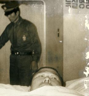 1977년 12월19일 김대중은 진주교도소에서 서울대병원으로 옮겨왔지만, 기대와 달리 접견차단·창문봉쇄·서신제한·운동금지 등 철통감시로 감방보다 더 지독한 옥살이를 해야 했다. 진주 시절부터 옥바라지로 관절염을 앓게 된 이희호는 서울대병원 수발 때가 가장 힘들었다고 회고한다. 그해 12월19일 새벽 김대중이 병상에 누운 채 서울대병원 특201호로 비밀리에 이송되고 있다.  사진 김대중평화센터 제공