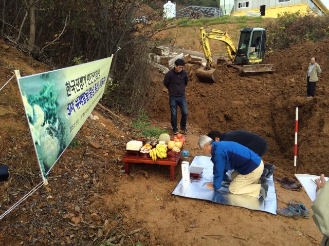 지난 15일 충남 홍성군 광천읍 담산리 산 92번지에서 한국전쟁기 학살된 민간인들의 유해 발굴을 위한 시굴조사가 진행됐다. 시굴에 앞서 유족 최홍이씨와 이종민씨가 제를 올리고 있다. 사진 오승훈 기자