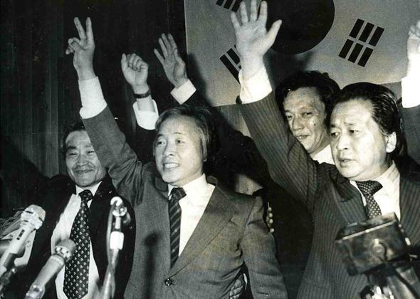1979년 5월, 당시 김영삼 신민당 총재가 환호하는 지지당원들에게 답례하는 모습. 연합뉴스