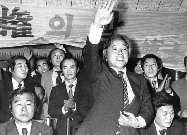 1979년 5월30일 신민당 총재를 뽑는 전당대회에서 김대중은 당권파인 이철승의 '중도통합론'을 비판하고 '반유신 선명 노선'을 내건 비주류 김영삼을 적극 지원해 당선시키는 데 성공했다. 사진은 전당대회 전날인 5월29일 열린 대의원 단합대회에 참석한 김대중(앞줄 왼쪽부터)과 총재 경선에 나선 김영삼·조윤형 후보가 함께한 모습.  '한겨레' 자료사진