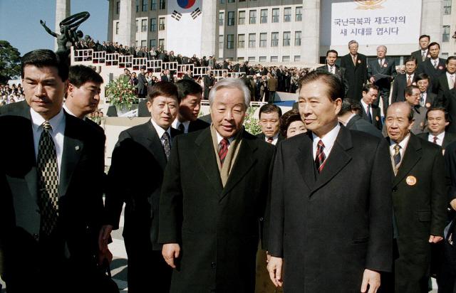 김영삼 전 대통령(앞줄 왼쪽)이 1998년 2월 25일 국회에서 열린 제15대 김대중 대통령 취임식에서 김 전 대통령(앞줄 오른쪽)과 함께 걸어나오며 이야기하고 있다.  연합뉴스