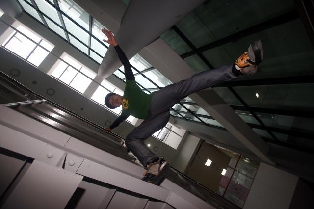 '춤이 말하다 2015'에 출연하는 파쿠르 코치 김지호가 19일 서울 서초동 연습실 앞 계단에서 파쿠르 동작을 선보이고 있다. 신소영 기자 viator@hani.co.kr