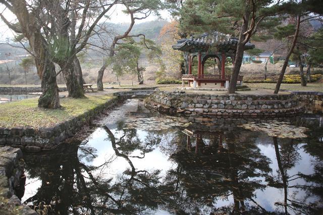 경북 영주시 순흥면사무소 뒤의 봉도각과 연못. 사진 이병학 선임기자