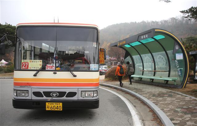 부석사 종점에 도착한 영주여객 27번 버스. 사진 이병학 선임기자