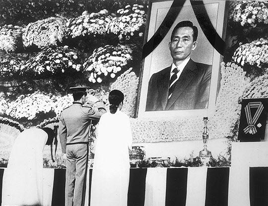 1961년 '5·16 쿠데타'로 집권한 박정희는 1979년 10월26일 죽어서야 청와대를 나왔다. 사진은 9일장이었던 국장의 마지막날인 11월3일 중앙청 영결식에서 근혜·지만·근령(오른쪽부터) 세 남매가 영정 앞에서 예를 올리는 모습. '한겨레' 자료사진