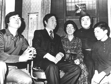 1979년 내내 김대중은 동교동 집에 갇혀 감시를 당했다. 사진은 1978년 12월27일 특사 석방 직후 찍은 가족사진으로, 모처럼 이희호와 홍일·홍걸·홍업 세 아들 모두 웃음을 되찾은 순간이다.  김대중평화센터 제공