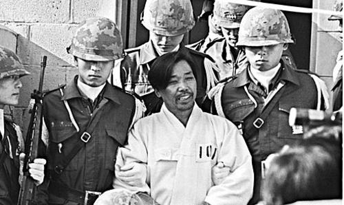 """1979년 10월26일 저녁 박정희 대통령이 오랜 심복 중앙정보부장 김재규의 총에 맞아 숨지면서 '군사독재 18년'은 돌연 막을 내렸다. 그해 5월30일 이후 5개월째 가택연금 상태에서 '10·26'을 맞은 김대중은 """"쿠데타나 암살은 민주주의가 아니다""""라며 사태를 주시했다. 1979년 12월20일 육군본부 계엄보통군법회의 선고공판에서 김재규는 """"개인의 정분을 끊고 야수의 심정으로 유신의 심장을 쏘았다""""고 진술했다.'한겨레' 자료사진"""