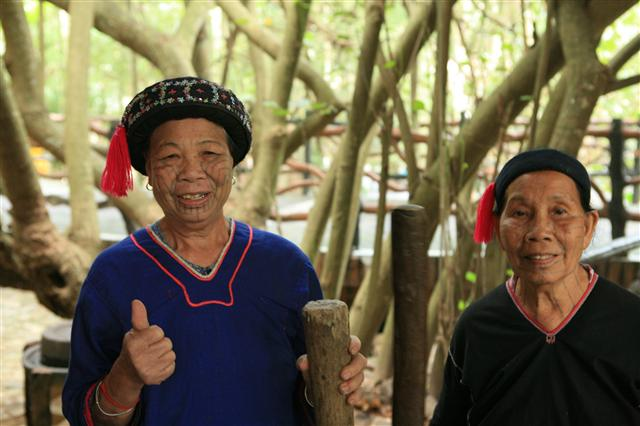 얼굴에 문신을 한 리족 여성. 사진 이정국 기자