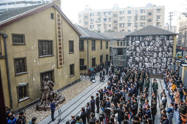 1일 중국 장쑤성 난징에서 2차 세계대전 당시 일본 제국주의 군대에 유린당한 성노예 피해자들을 기리는 중국 최초의 위안부 기념관 개관식이 열리고 있다. 3000㎡ 규모로 세워진 기념관의 외벽과 전시실에는 위안부 피해자들이 겪었던 고통을 의미하는 '눈물 방울'을 형상화한 조형물이 설치됐다. 조형물 가운데는 만삭의 위안부 동상(왼쪽 아래)도 있다. 이 동상은 북한의 박영심 할머니(2006년 사망)를 모델로 제작됐다.  난징/신화 연합뉴스