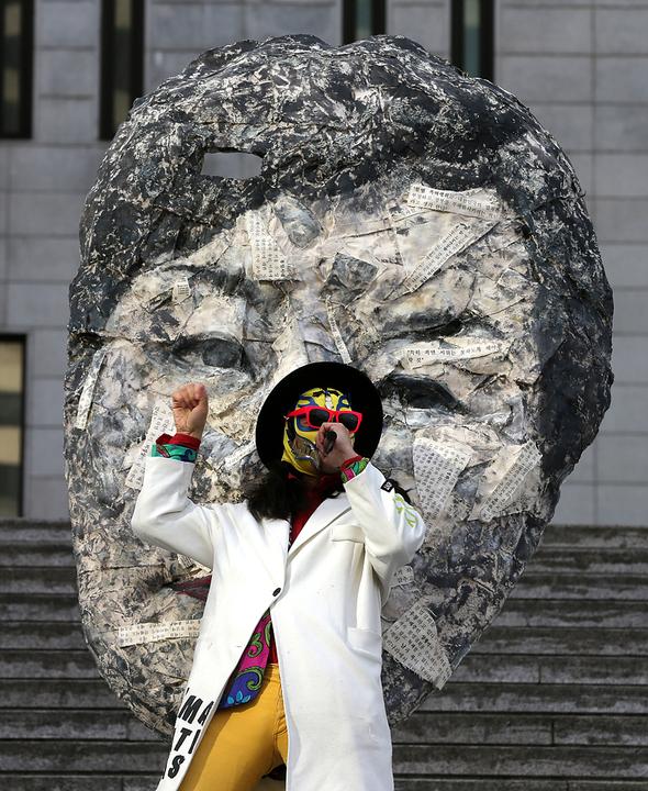 가면을 쓴 예술가들이 5일 오후 서울 세종로 세종문화회관 계단에서 집회, 결사, 표현의 자유 보장을 촉구하는 행위극을 벌이고 있다. 김명진 기자  littleprince@hani.co.kr
