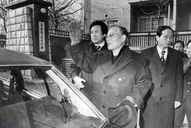 앞서 1979년 11월24일 '민주주의와 민족통일을 위한 국민연합'은 서울 명동 와이더블유시에이(YWCA) 강당에서 최규하 대통령 권한대행 체제에 민주화 일정을 요구하는 대규모 집회를 열었으나 계엄당국의 혹독한 탄압을 받았다. 1980년 1월15일 이른바 '명동 위장결혼식 사건'으로 군사재판에 회부된 윤보선이 첫 공판에 출두하고 있다.