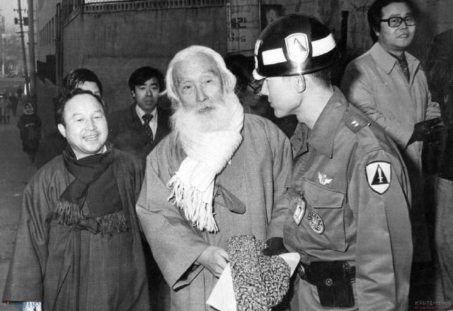 앞서 1979년 11월24일 '민주주의와 민족통일을 위한 국민연합'은 서울 명동 와이더블유시에이(YWCA) 강당에서 최규하 대통령 권한대행 체제에 민주화 일정을 요구하는 대규모 집회를 열었으나 계엄당국의 혹독한 탄압을 받았다. 1980년 1월15일 이른바 '명동 위장결혼식 사건'으로 군사재판에 회부된 함석헌이 첫 공판에 출두하고 있다.