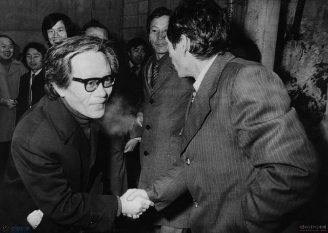 앞서 1979년 11월24일 '민주주의와 민족통일을 위한 국민연합'은 서울 명동 와이더블유시에이(YWCA) 강당에서 최규하 대통령 권한대행 체제에 민주화 일정을 요구하는 대규모 집회를 열었으나 계엄당국의 혹독한 탄압을 받았다. 1980년 1월15일 이른바 '명동 위장결혼식 사건'으로 군사재판에 회부된 김병걸이 첫 공판에 출두하고 있다.