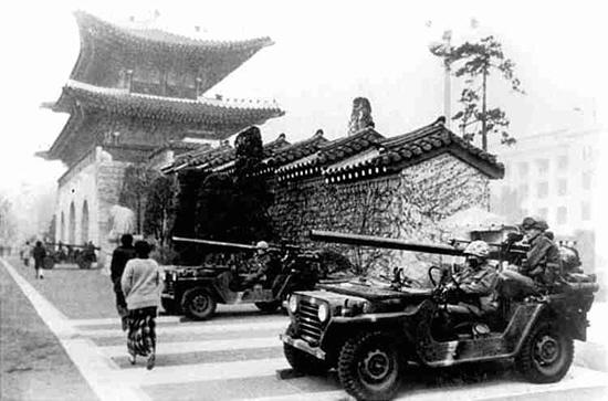 1979년 12월12일 보안사령관 전두환을 비롯한 신군부세력은 군병력을 출동시켜 계엄사령관 정승화를 '김재규 공범'으로 모는 하극상 쿠데타로 정권을 탈취했다. 12월13일 새벽 서울 광화문 앞에 탱크부대가 진주해 있다. '한겨레' 자료사진