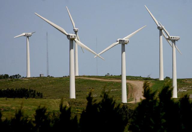 우루과이는 세계의 대표적인 청정에너지 사용 국가로 꼽힌다. 사진은 2008년 우루과이 최초의 풍력발전단지로 조성된 동부 로차주 로마알타 지역에 있는 풍력발전 터빈의 모습이다.  로마알타/EPA 연합뉴스
