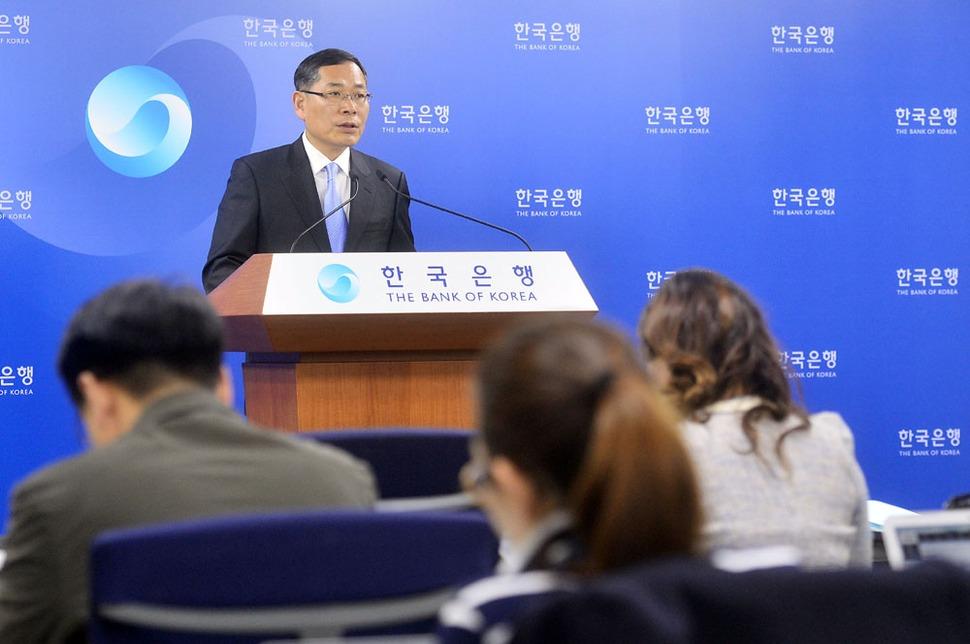 2014년 한국은행이 국가 경제의 가장 대표적 통계인 국민계정의 산출 기준을 바꾸면서 여러 경제 수치들이 예년보다 좋게 바뀌었다. 단순한 통계상의 수치 조정이다. 한은은 새로운 국민계정 기준을 적용해 2014년 경제성장률 전망치도 애초 3.8%에서 4%로 0.2%포인트 상향 조정했다. 정영택 한국은행 경제통계국장이 지난해 3월26일 서울 중구 남대문로 한국은행 기자실에서 2013년 실질 국내총생산(GDP) 성장률 등을 포함한 2013년 국민계정(잠정) 브리핑을 하고 있다/ 뉴시스