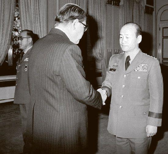 1980년 3월 말 계엄사령관 전두환(오른쪽)은 스스로 중앙정보부장 겸직을 통고하고 4월14일 '중정부장 서리'에 취임해 사실상 실권을 장악했다. 사진은 3월1일 청와대에서 최규하 대통령(왼쪽)에게 중장 진급 신고를 하는 모습이다.  '한겨레' 자료사진