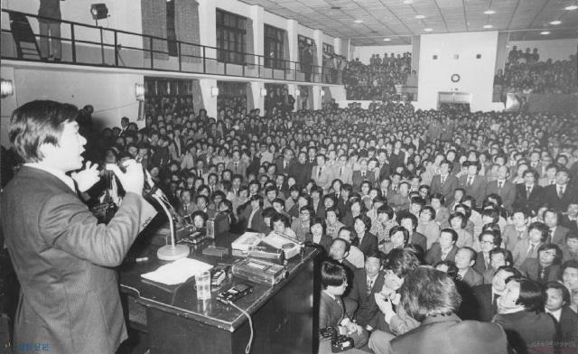 마침내 2월29일 '재야 민주인사 687명 사면·복권 조처'에 따라 족쇄가 풀린 김대중은 3월26일 서울 와이더블유시에이(YWCA) 강당에서 수많은 청중이 운집한 가운데 대중 강연을 했다.1972년 총선 유세 이래 8년 만이자 '서울의 봄'을 알리는 서곡이었다.  사진 김대중평화센터 제공