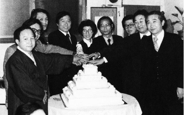 1980년 새해를 맞아 마침 1월6일 56회 생일을 맞은 김대중은 민주인사들과 축하파티를 하며 '민주화의 희망'을 나눴다. 왼쪽부터 김종완·한완상·문동환·김대중·이희호·한승헌·김용복·예춘호·이해동.