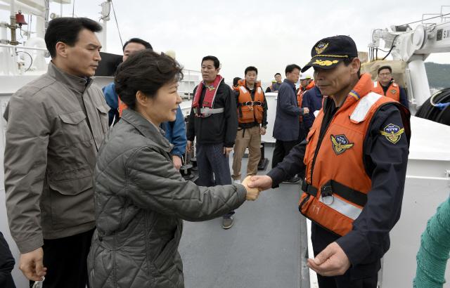 2014년 5월4일 박근혜 대통령이 전남 진도 해상에서 세월호 사고 실종자를 수습하는 해양경찰을 격려하고 있다. 청와대사진기자단
