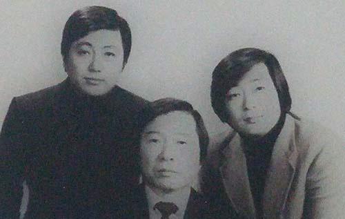 1980년 '5·17 쿠데타'로 김대중과 두 아들 홍일·홍업까지 연행당하면서 이희호는 또다시 죽음보다 더한 고난에 놓였다. 사진은 그해 2월 말 사면·복권 뒤 김대중의 프로필 촬영을 위해 동행한 사진관에서 함께 한 삼부자의 모습이다. 사진 김대중평화센터 제공