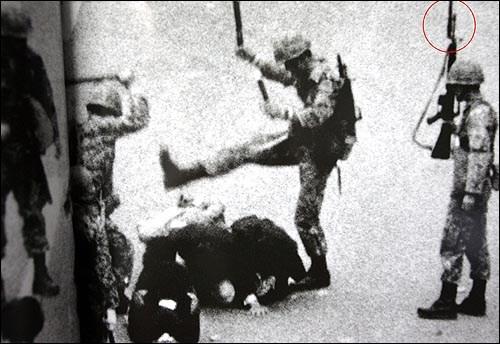 80년 5월18일 작전명 '화려한 휴가'에 따라 광주 시내에 투입된 공수부대는 자국민들에게 '시위 진압용'이 아니라 '적군 살상용' 무기를 휘둘렀다. 엠(M)16 소총에 장착된 대검이 보인다. '한겨레' 자료사진