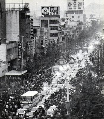 80년 5월20일 저녁, 사흘째 계속된 공수부대의 유혈진압에 맞서 마침내 광주 시민 10만여명은 버스와 택시 200여대를 앞세우고 '아리랑'을 부르며 금남로에서 항의 시위를 벌였다. '한겨레' 자료사진