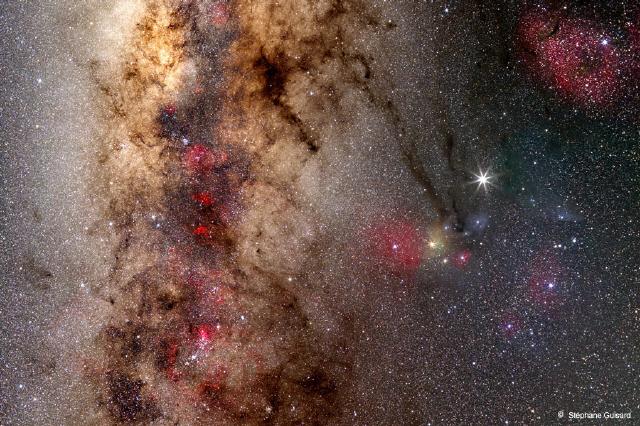 2007년 9월에 찍힌 전갈자리의 모습. 화면 한가운데를 가로지르는 거대한 은하수 오른쪽으로 떠 있는 노란색 별이 안타레스다. 안타레스 오른쪽 위로 떠 있는 목성이 한층 더 밝게 빛나고 있다.  미국 항공우주국 제공