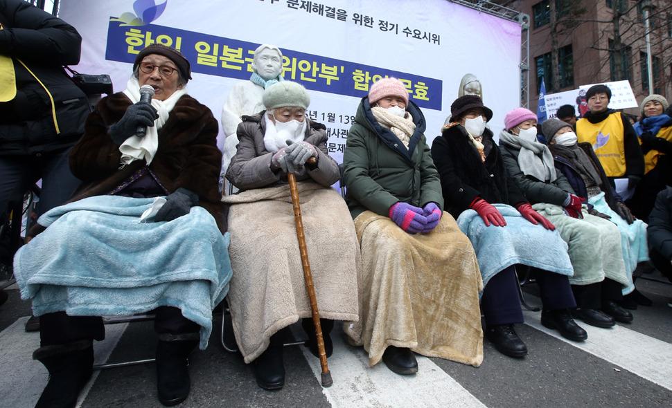 13일 오후 서울 종로구 옛 일본대사관 앞에서 열린 일본군 '위안부' 문제 해결을 위한 제1213차 정기수요집회에서 김복동 할머니가 발언을 하고 있다. 왼쪽부터 김복동·이옥선·박옥선·이용수·강일출·길원옥 할머니.