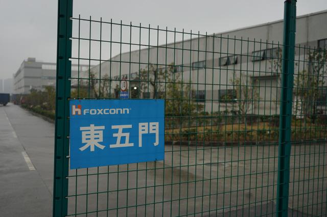중국 충칭시 사핑바 보세구역 안에 있는 폭스콘 공장 입구. 2009년 9월 설립된 이 공장이 언론에 공개되기는 처음이다. 2만5천명이 근무하면서 프린터, 모니터, 네트워크 장비 등을 생산한다. 사진 에스케이(SK) 제공