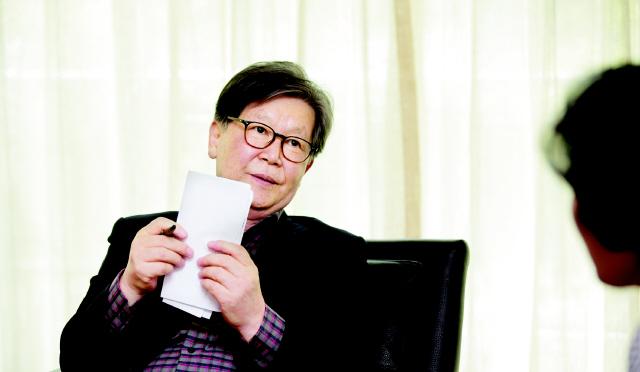 신영복 선생이 지난해 4월 서울 목동 자택에서 인터뷰어인 이진순(오른쪽)씨의 질문에 답하고 있다. 지난 15일 세상을 떠난 선생의 유해는 성공회대 교정에 있는 나무에 뿌려질 예정이다.   강재훈 선임기자