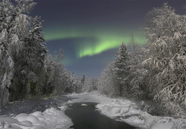 핀란드 여행 마지막날 밤에, 화려하지는 않았지만 꽤 볼만한 초록색 오로라가 모습을 드러냈다.  사진 이병학 선임기자