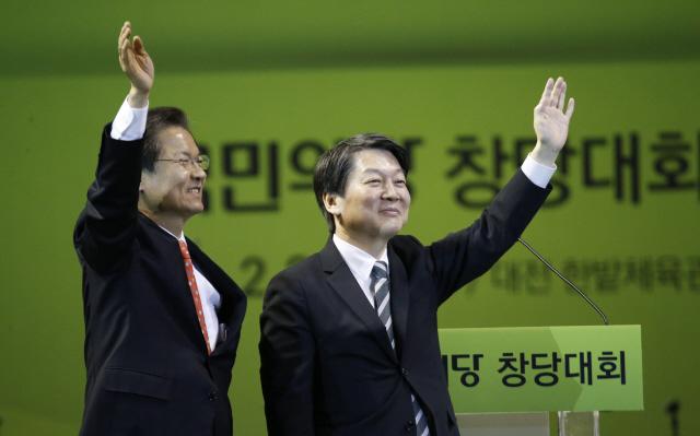 국민의당 안철수(오른쪽), 천정배 공동대표가 지난 2일 열린 중앙당 창당대회에서 손을 들어 인사하고 있다.  대전/ 김봉규 선임기자 bong9@hani.co.kr
