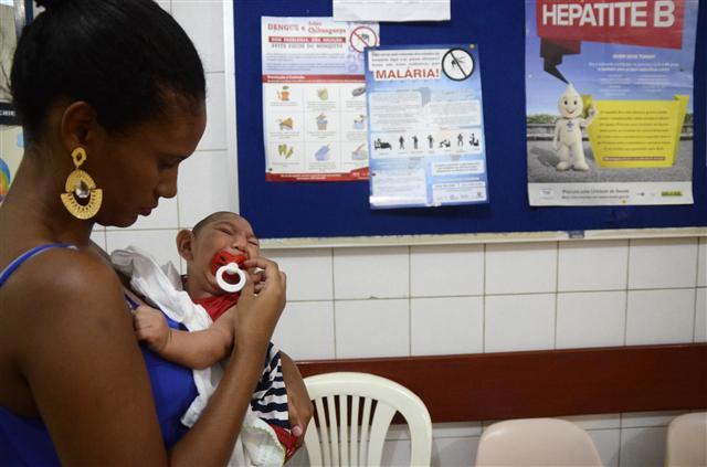 지카 바이러스가 확산되고 있는 2일(현지시각) 브라질 동북부 페르남부쿠주 주도 헤시피 카부지상투의 한 병원에서 소두증에 걸린 아기가 엄마 품에 안겨 있다. 헤시피/이스타두 연합뉴스