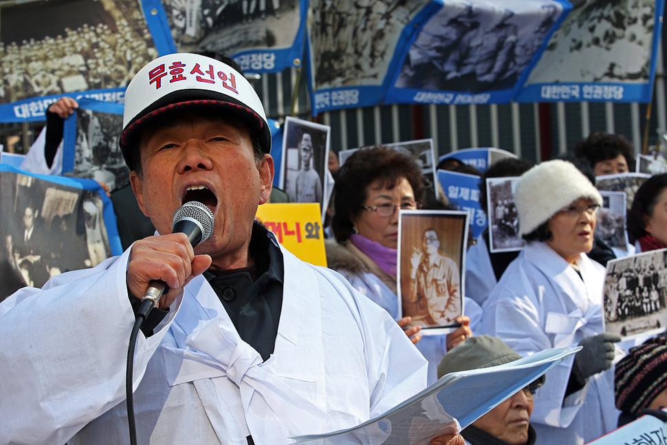 일제 강제동원 피해자 가족들이 3일 오후 서울 중학동 주한일본대사관 앞에서 흰 소복을 입고 최근 위안부 관련한 한일 외교장관 협상을 규탄하며 일제 강제동원된 가족들의 사진을 들고 인권정당 창단선언을 하고 있다. 이정용 선임기자 lee312@hani.co.kr