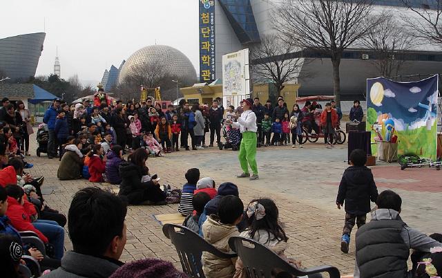 지난해 대전엑스포과학공원 설날큰잔치에서 거리공연단이 공연하고 있다. 대전마케팅공사 제공