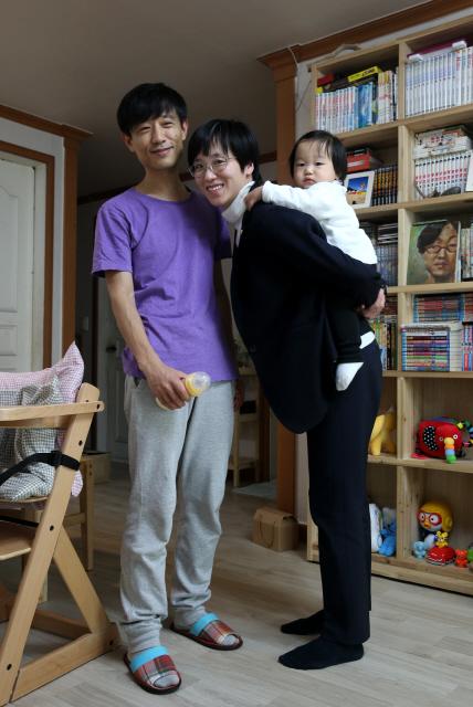엄마는 국회의원이고 아빠는 사진가다. 엄마는 의원 임기 중에 딸 두리를 낳았다. 낮에는 아빠가 키우고 엄마는 모유 수유를 한다. 지난 2일 장하나 더불어민주당 의원(오른쪽)이 서울 노원구 월계동 자택에서 딸 두리를 업고 남편인 정종배 사진가와 사진을 찍었다. 강재훈 선임기자 khan@hani.co.kr