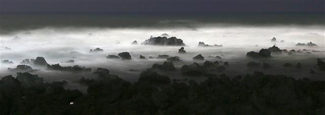 서귀포 법환포구 앞 밤바다 풍경. 거센 파도와 포말을 장노출로 찍었다. 사진 이병학 선임기자
