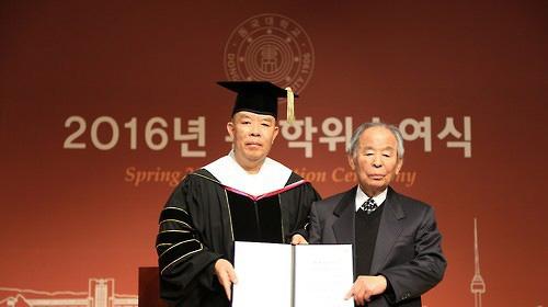 이병윤(사진 오른쪽)씨. 사진 동국대 제공